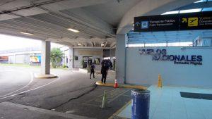 1. Rechts aus dem Terminal heraus.