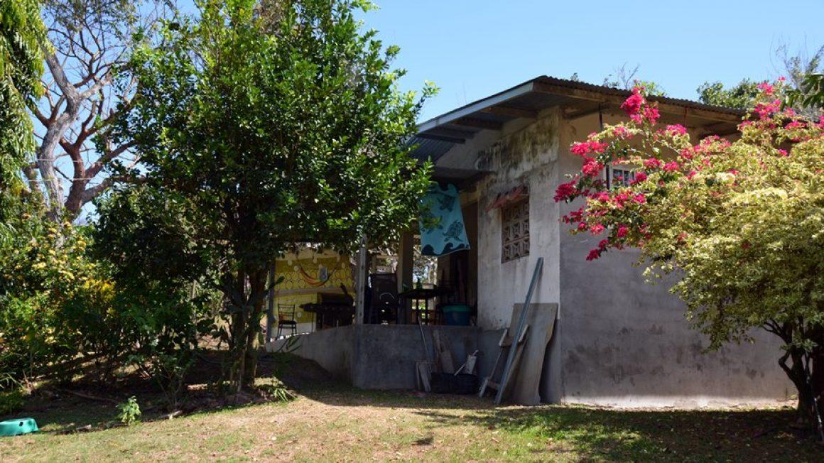 Kleines Haus mit drei Zimmern zum Fertigstellen und großem Grundstück