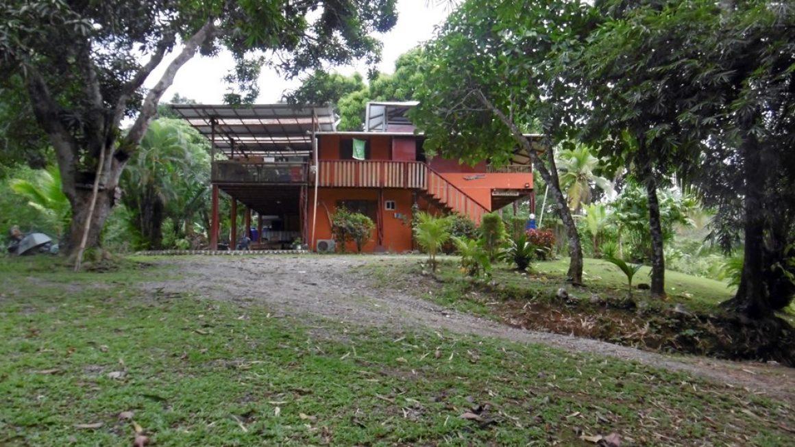Große zweigeschossige Pension in Panama zwischen Karibik – Küste und Nationalpark